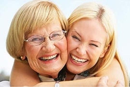 Eine Mutter und eine Tochter lachen.